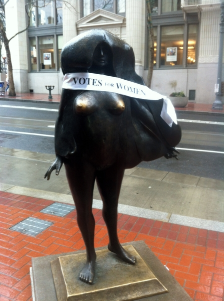 Kvinneakt statue in downtown Portland